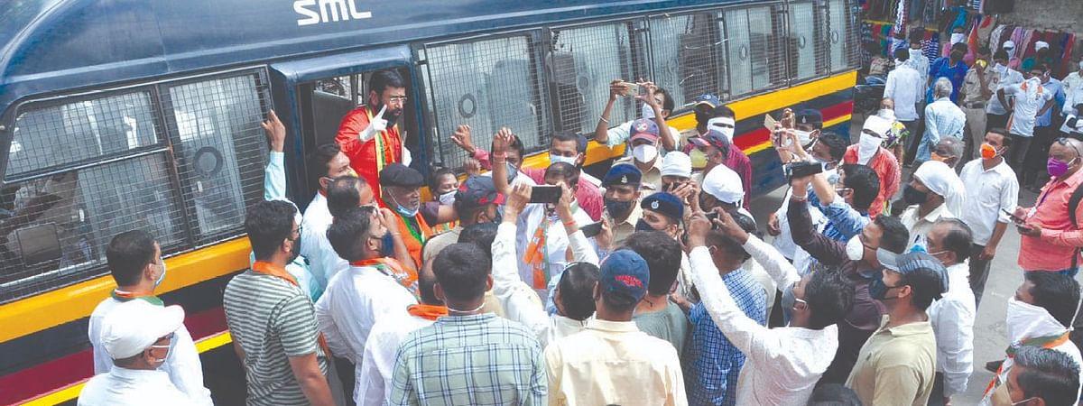आंदोलन करण्यापुर्वीच भाजपा जिल्हाध्यक्षांना अटक करतांना पोलीस