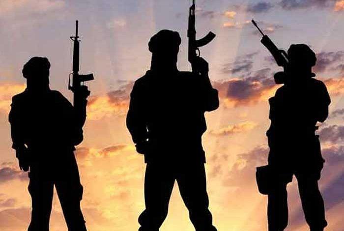 चार दहशतवाद्यांचा खात्मा, एक शरण