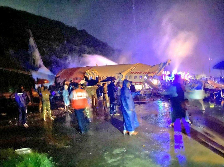 कोझिकोडे येथे एअर इंडियाच विमान कोसळलं