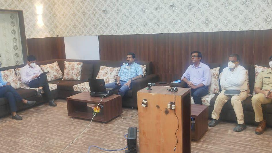 आँनलाईन पत्रकार परिषदेत उपस्थित डिआरएम विवेक कुमार गुप्ता सोबत अधिकारी