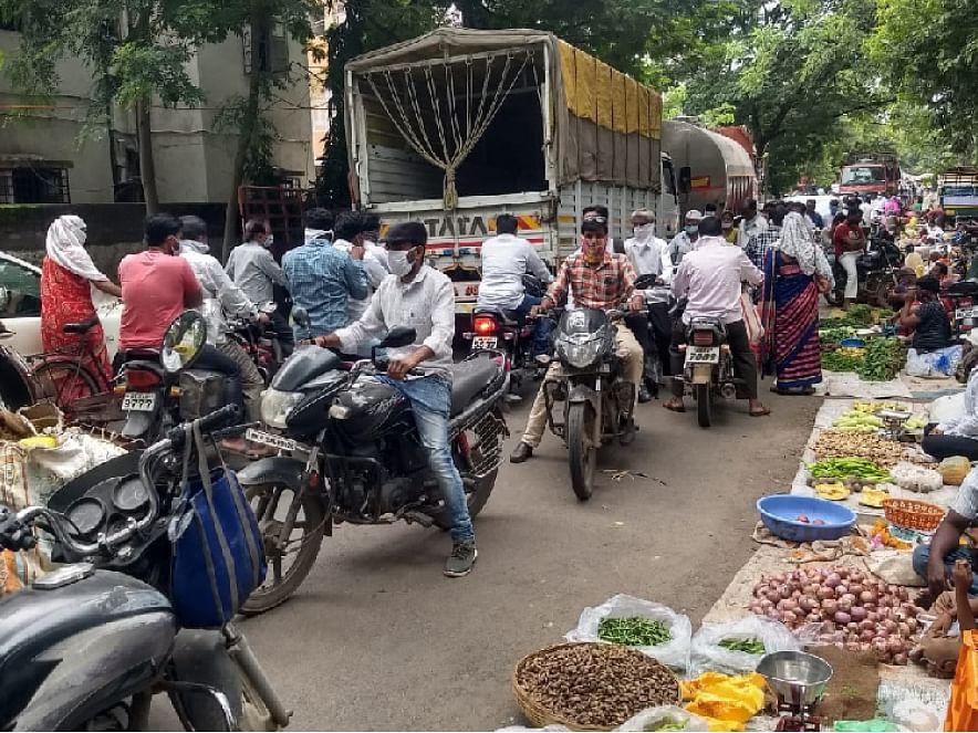 भाजीपाला बाजारात ट्रक घुसल्याने वाहतूक ठप्प