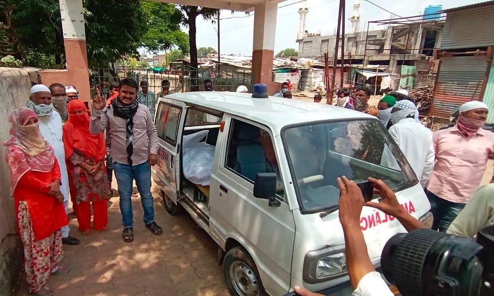 कराेना बाधित हिंदू महिलेचा मृतदेह कब्रस्तानात