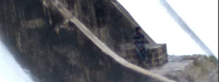 मुळा धरणाच्या सांडव्याजवळ अडकलेला तरुण बालंबाल बचावला