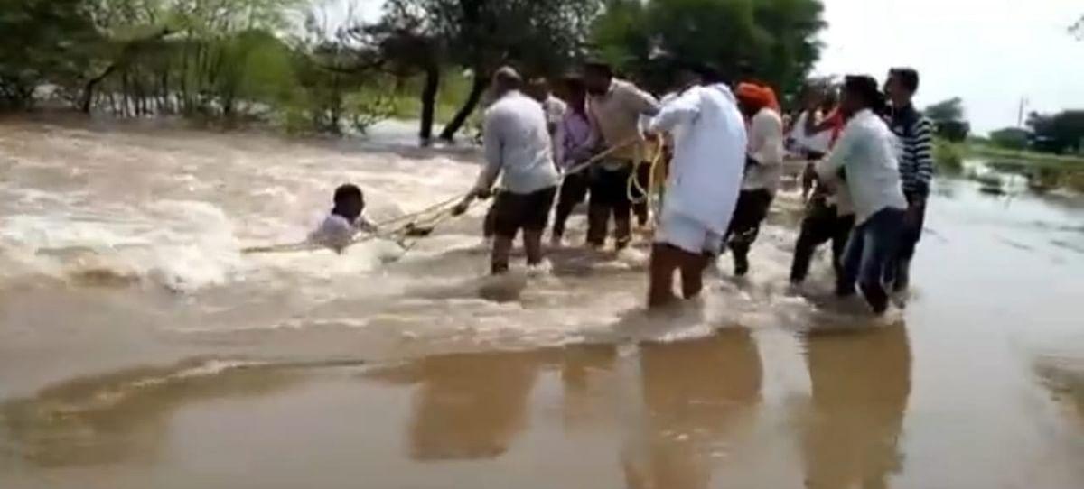 पुराचे पाण्यात वाहून जाणाऱ्या पाथर्डीच्या तरुणाला शिरेगावकरांनी वाचविले