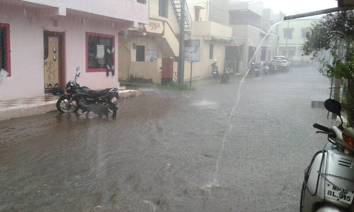 नाशिकमध्ये मुसळधार; रस्ते पाण्याखाली