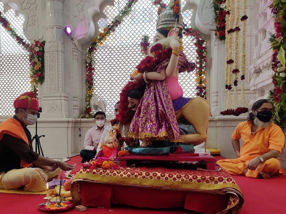 विशाल गणपती मंदिरात जिल्हाधिकाऱ्यांच्या हस्ते श्रींची उत्थापन पूजा
