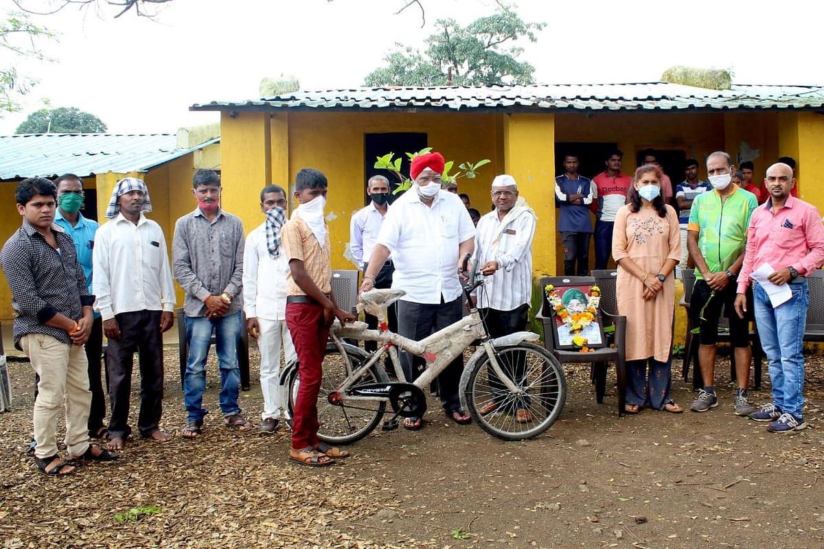 त्र्यंबकेश्वर : वेळुंजे येथील आदिवासी विद्यार्थ्यांना सायकलींचे वाटप