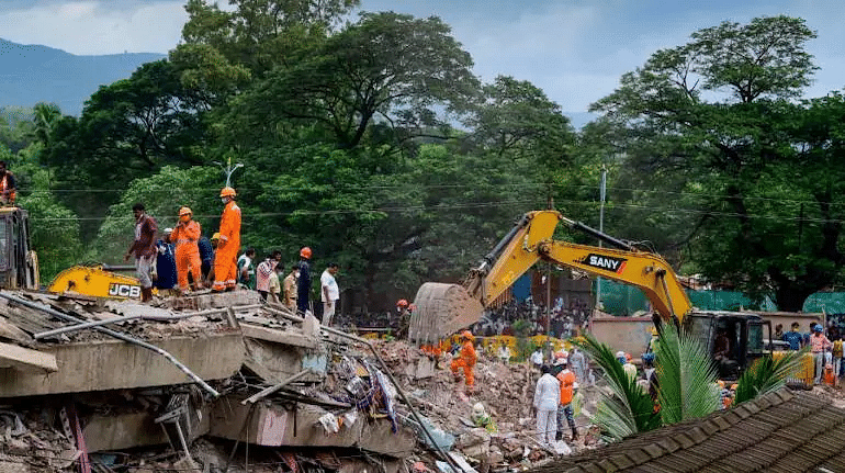 इमारत कोसळून 16 जणांचा मृत्यू