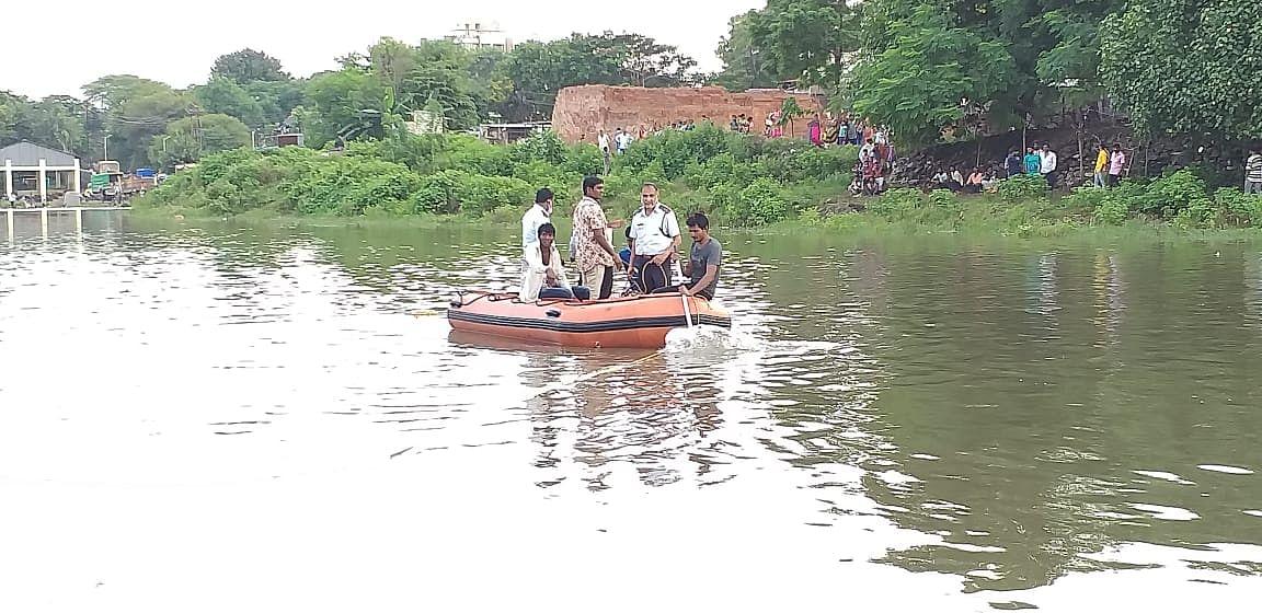 वालदेवी नदीत विसर्जनादरम्यान युवक बुडाला