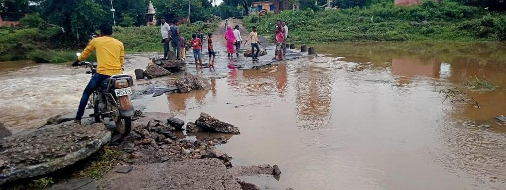 फरशी पूल वाहून गेल्याने गावाचा संपर्क तुटला