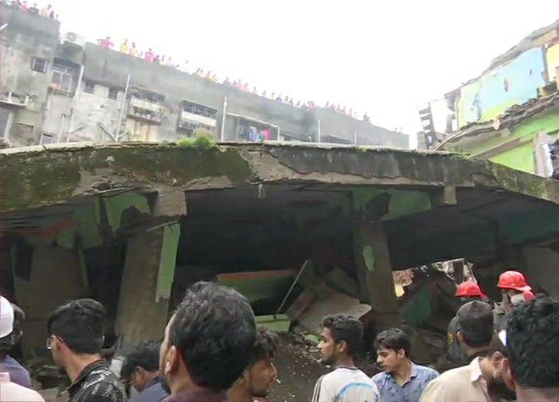 भिवंडी येथे तीन मजली इमारत कोसळली