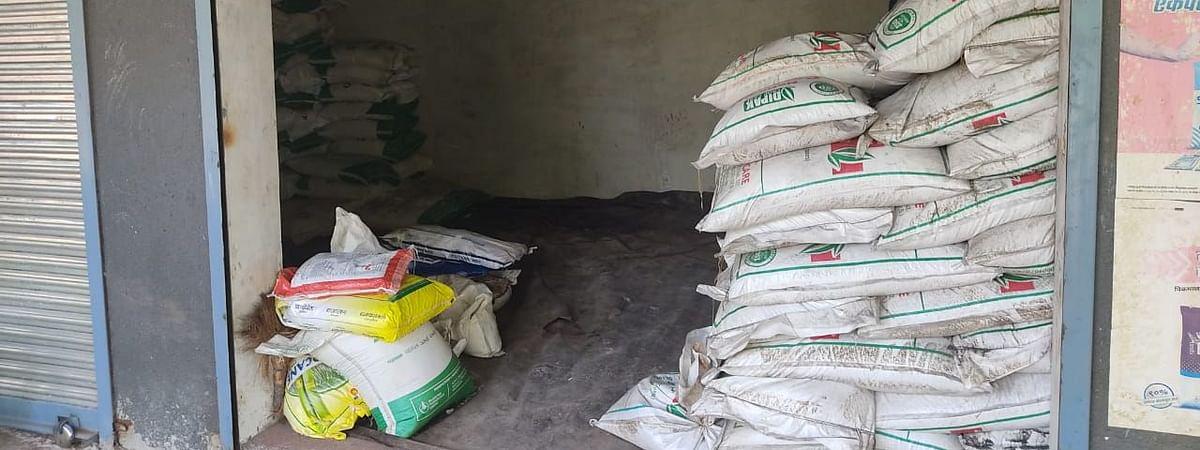 श्रीगोंदा : शेडगाव येथील विनापरवाना खते व किटकनाशक साठा जप्त