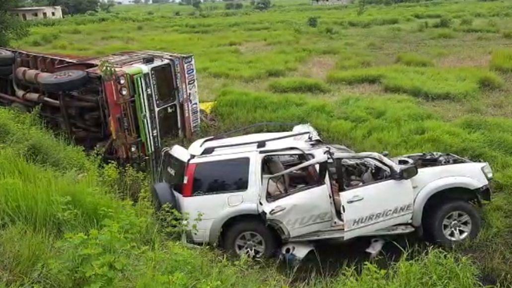 ट्रकला कारची धडक ; सात जण जागीच ठार