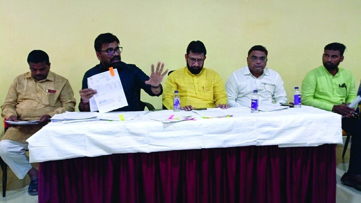 पत्रकार परिषदेत माहिती देतांना भाजपाचे नेते डॉ.रविंद्र चौधरी, समवेत भाजपा जिल्हाध्यक्ष विजय चौधरी, गटनेते चारुदत्त कळवणकर आदी.