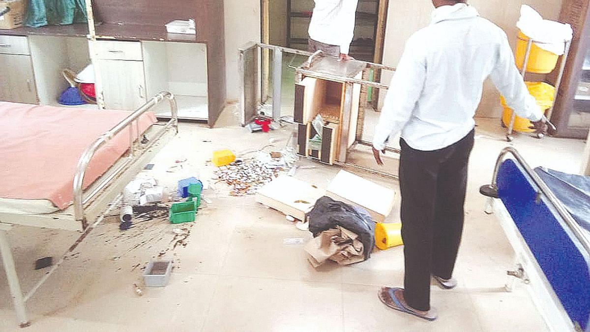 संतप्त जमावाने केली खांडबारा ग्रामीण  रुग्णालयाची तोडफोड