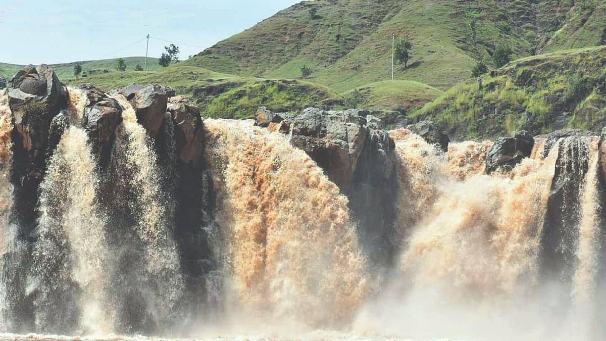 पर्यटकांना आकर्षित करतोय बिलगावचा बारधार्या धबधबा