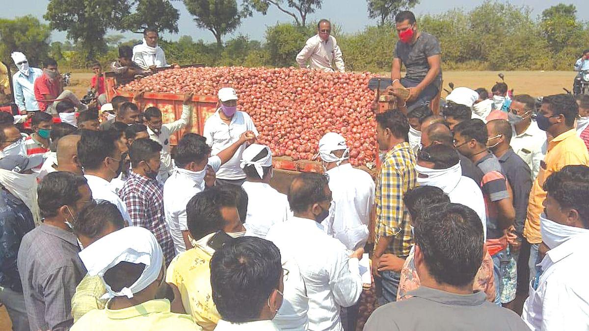 शेतकर्यांनी बाजार सचिवांसह कर्मचार्यांना धरले धारेवर