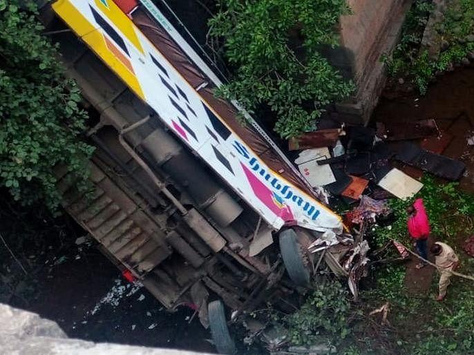Video नंदुरबारजवळ भीषण अपघात ; बस पुलाखाली कोसळून पाच ठार