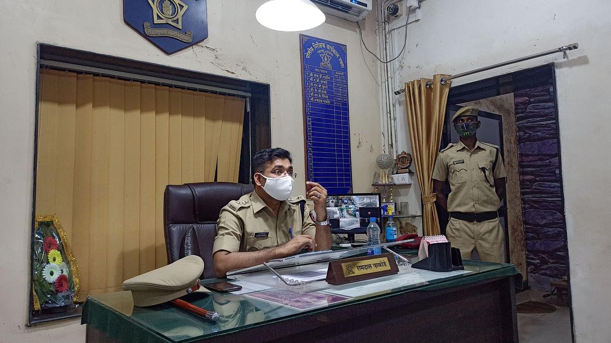 रावेर पोलीस स्टेशन मध्ये पत्रकारांशी संवाद साधताना पोलीस अधीक्षक डॉ प्रवीण मुंढे