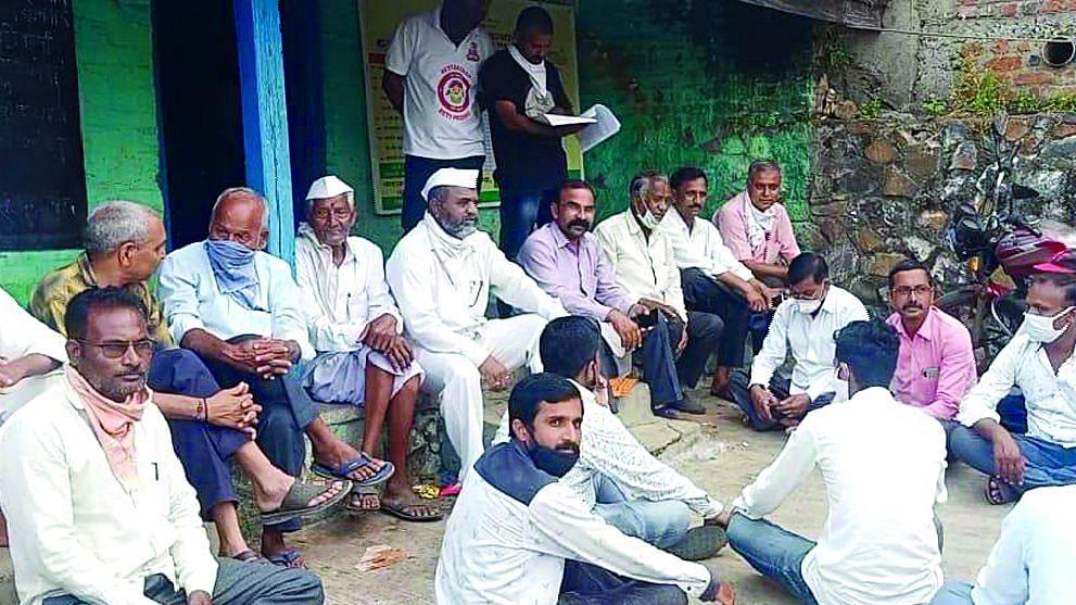 बाजार समितीच्या कार्यालयात शेतकर्यांनी घेतले स्वतःला कोंडून