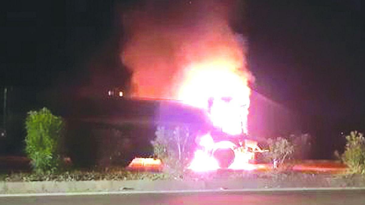 दोन वाहनांना आग; दोघांचा होरपळून मृत्यू