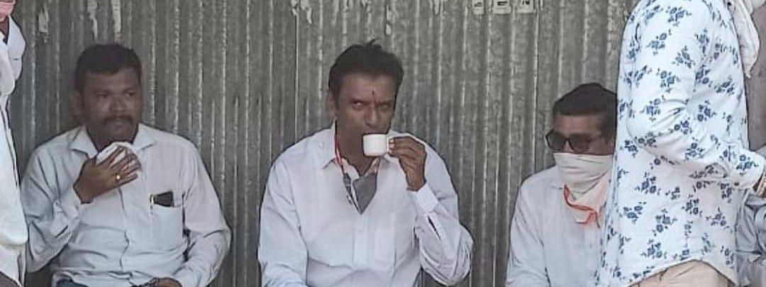 प्रोटोकॉल बाजूला ठेवत मंत्री गडाखांनी टपरीवरच घेतला चहाचा आंनद