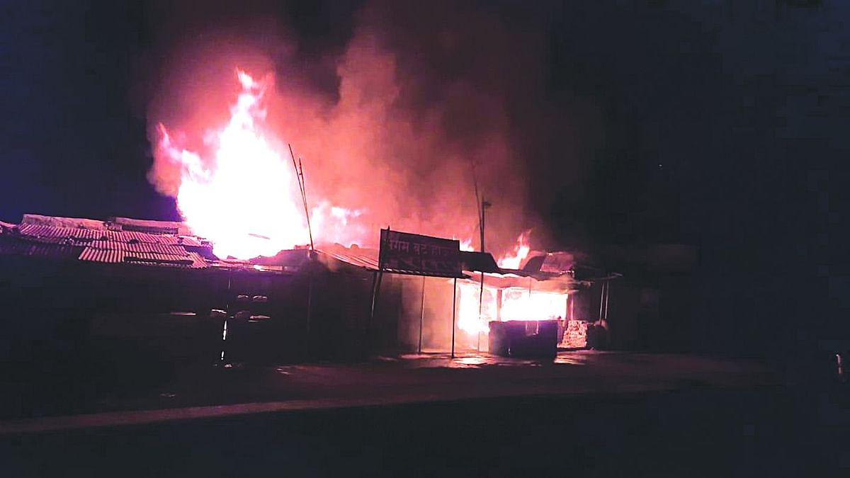 शिंदखेड्यात मध्यरात्री तीन दुकानांना आग