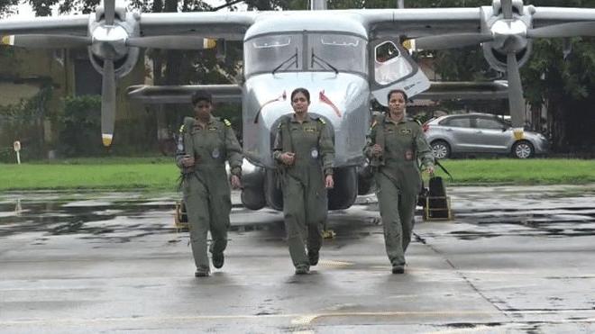 भारतीय नौदलात महिला वैमानिकांची पहिली तुकडी कार्यरत