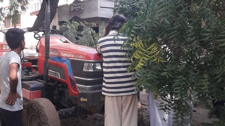निंबाचे झाड कोसळल्याने ट्रॅक्टरचे नुकसान
