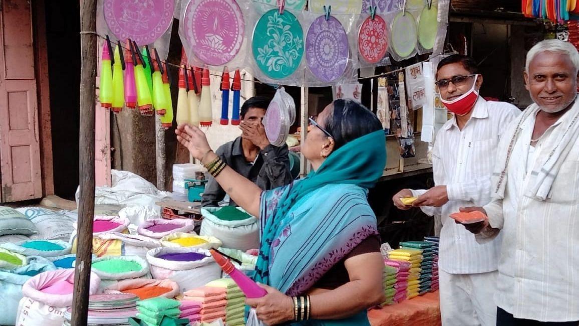 चाळीसगाव : दीपोत्सावासाठी बाजारात लगबग