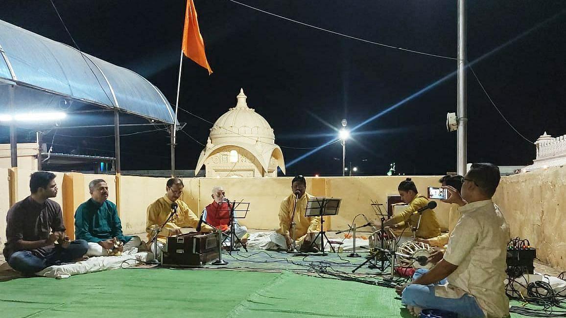 पारोळा : पाडवा पहाट कार्यक्रमाने झपाटभवानी मंदिर उघडले भक्तांसाठी