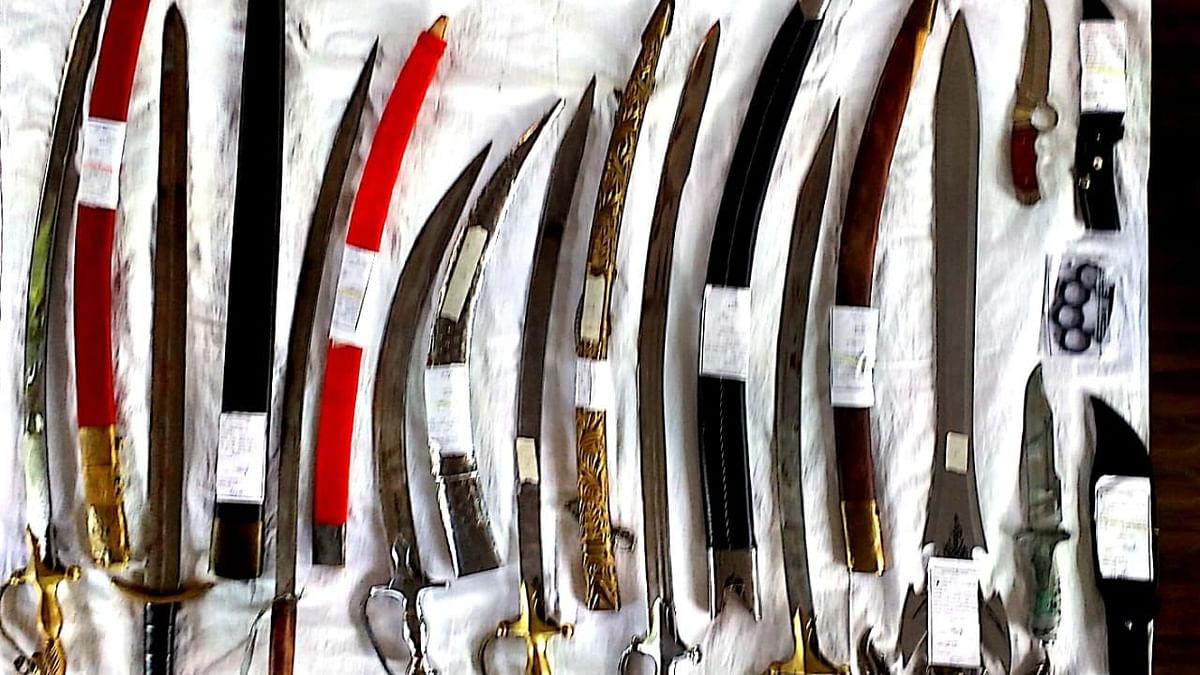 मखमलाबादमधून आठ तलवारींसह इतर शस्त्रसाठा जप्त