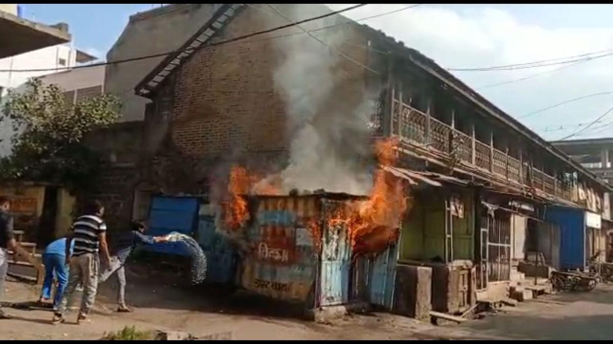 मनमाड : भीषण आगीत सलून दुकान जळून खाक