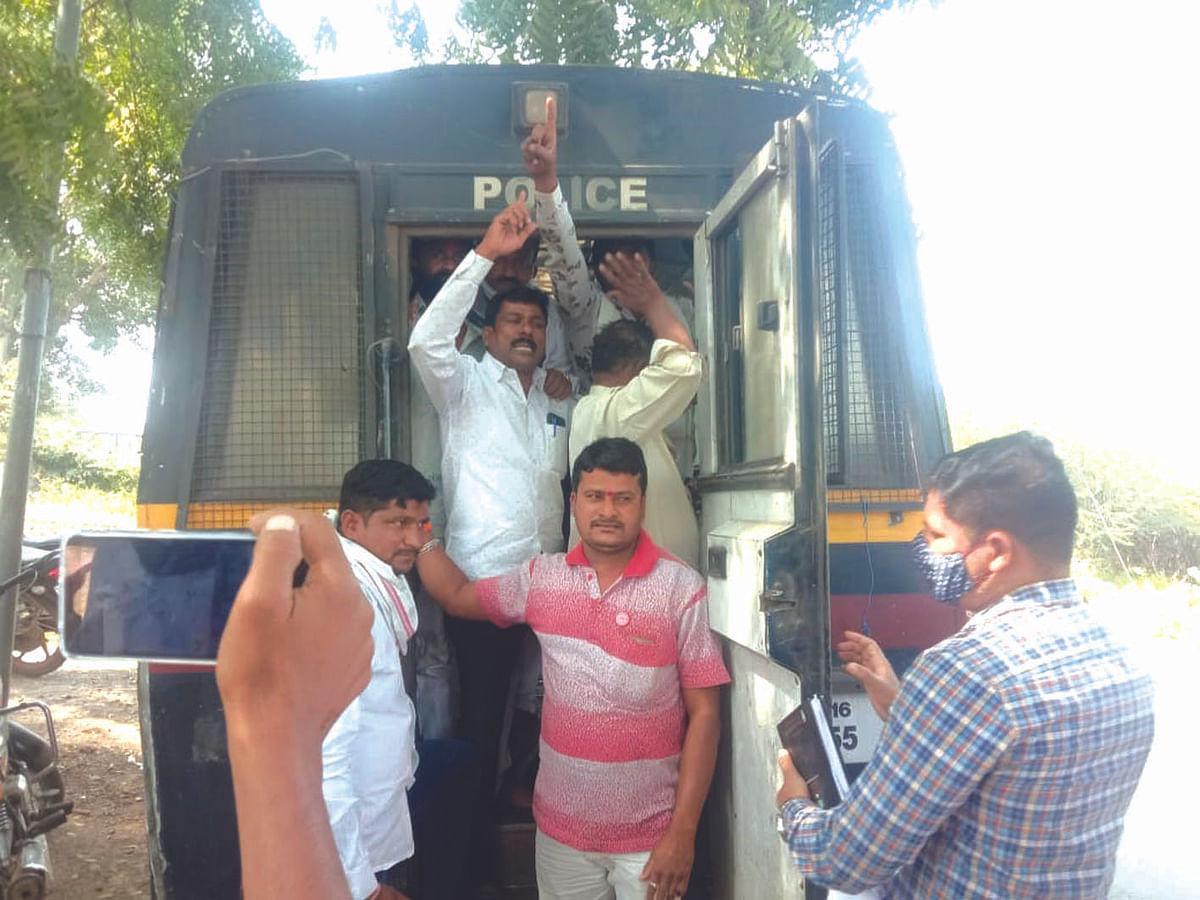 नगरसेवकांच्या घरासमोर 'थाळीनाद' आंदोलन