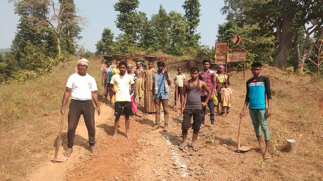 Video : लोक सहभागातून रस्ता डांबरीकरण करण्याची ग्रामस्थांची मागणी