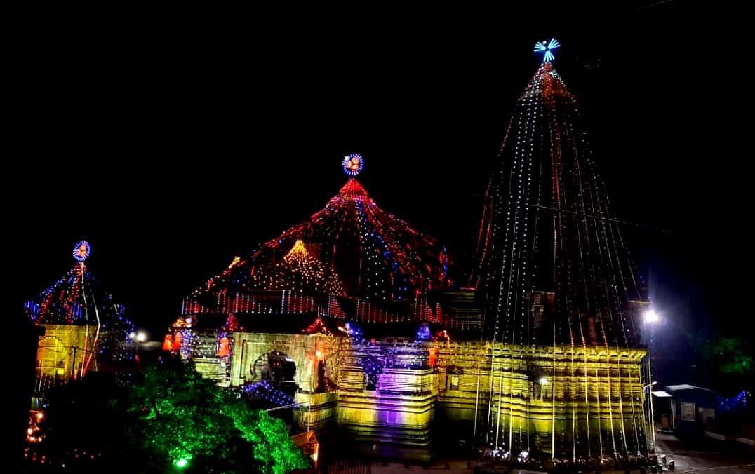 दिवाळीनिमित्त त्र्यंबकेश्वर मंदिरांस विद्युत रोषणाई