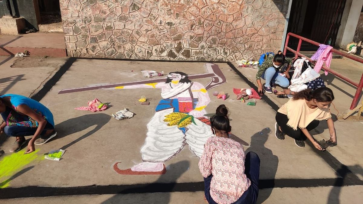 Photo Gallery : घंटागाडी कामगाराच्या कन्येने साकारली बळीराजाची भव्य रांगोळी