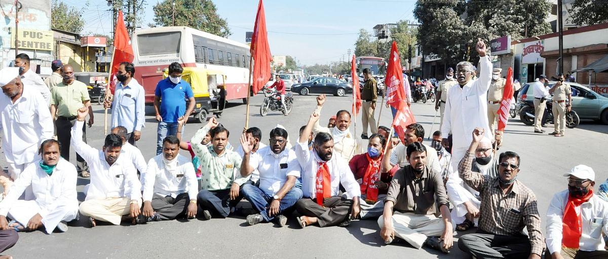 विविध कामगार संघटनांनाच्यावतीने नगरमध्ये रस्ता रोको