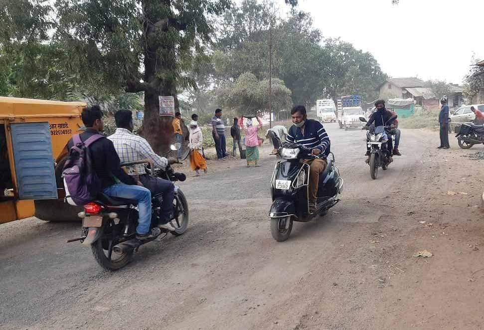 दिंडोरी : पालखेड बंधारा रस्ता दुरुस्ती सुरू