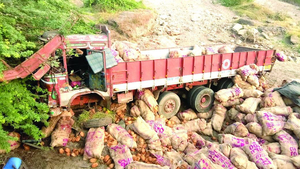 वावडदा रस्त्यावरील वीस फूट नाल्यात नारळाचा ट्रक कोसळला