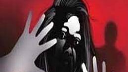 डाकीण असल्याच्या संशयावरुन महिलेस मारहाण , आठ जणांविरुद्ध गुन्हा