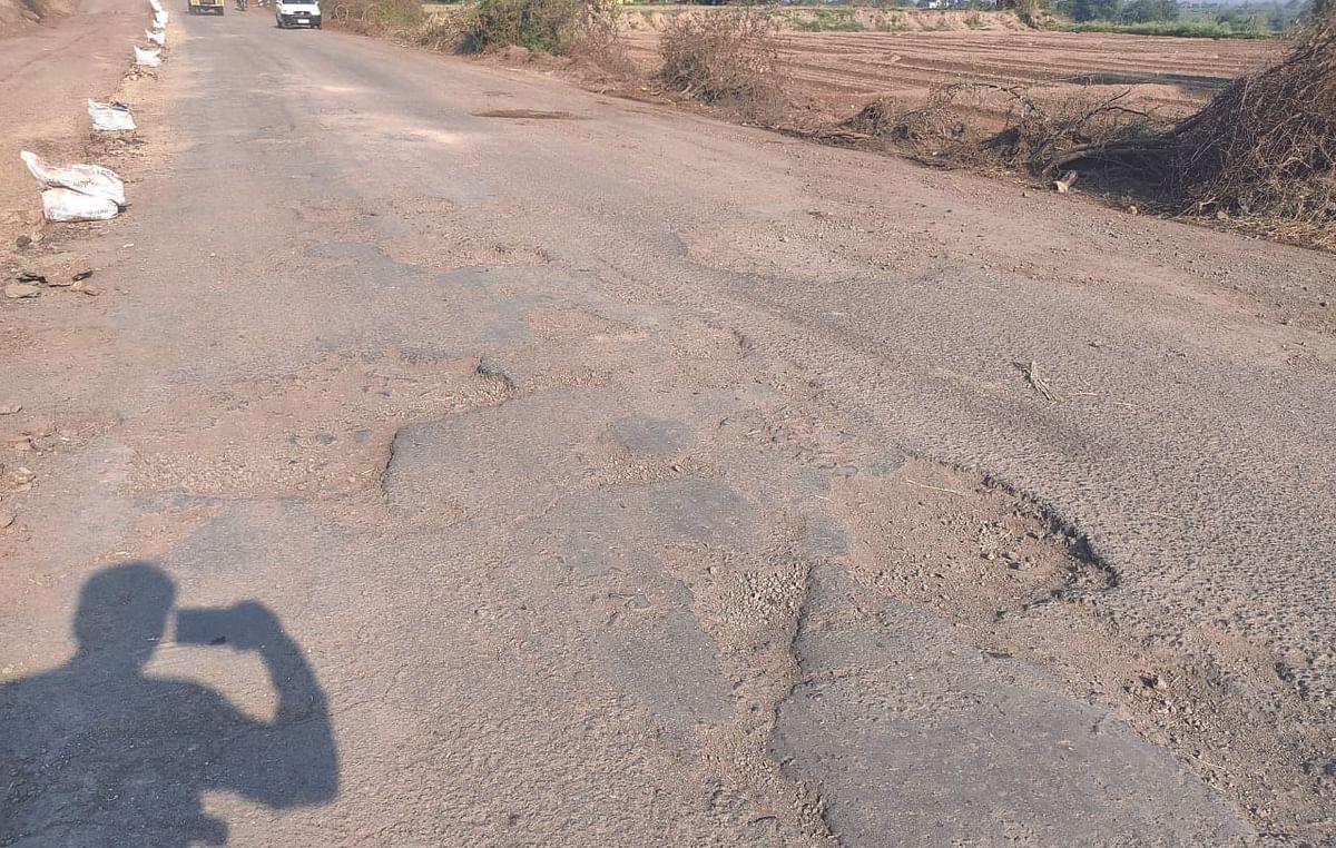 अकोले-संगमनेर रस्त्याची चाळण, जोडीला धूळ