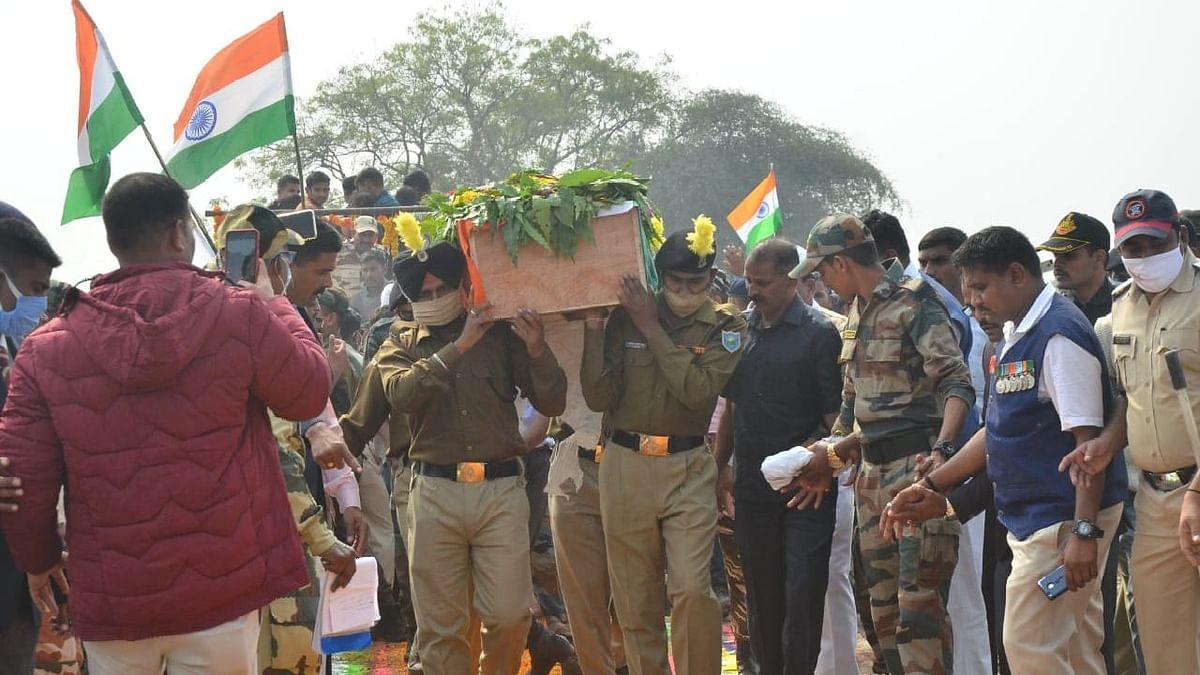 Photo वीर जवान अमित पाटील यांच्यावर शासकीय इतमामात अंत्यसंस्कार