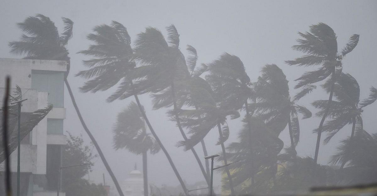 Cyclone Tauktae : तौक्ते चक्रीवादळाचा धुमाकूळ, मुंबई विमानतळ बंद