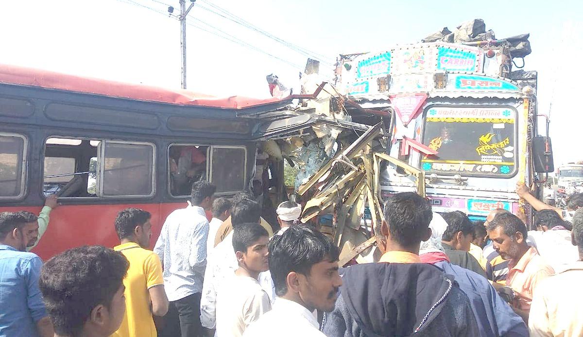 बस-ट्रकचा भीषण अपघात, 1 ठार, 29 प्रवासी जखमी