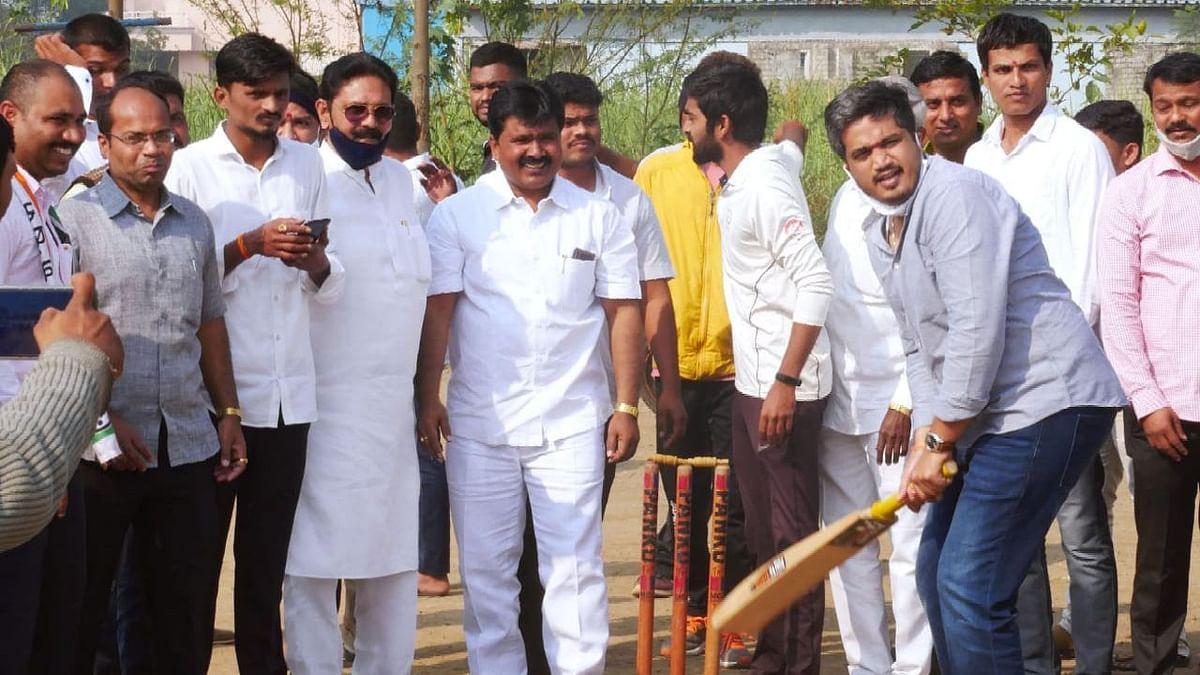 आ. रोहित पवारांना क्रिकेट खेळण्याचा मोह आवरेना