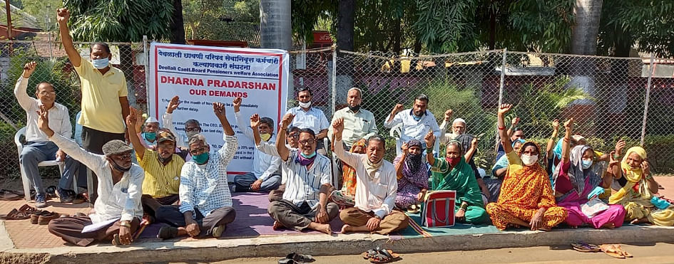 Pensioners start sit-in agitation