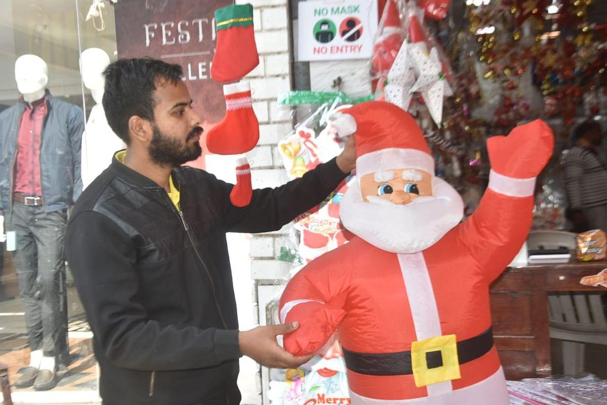 PhotoGallery : नाताळसाठी नाशिकची बाजारपेठ सजली