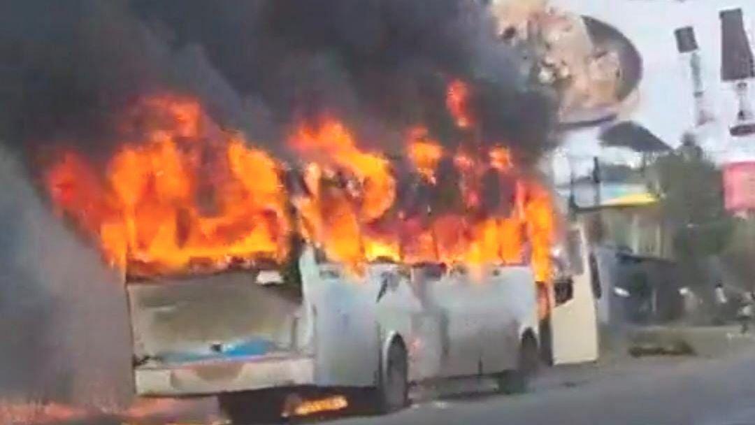 Video : खाजगी बसला भीषण आग; अग्निशमन बंब घटनास्थळाकडे रवाना