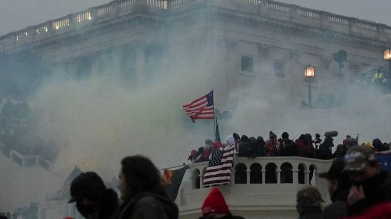 अमेरिकेत ट्रम्प समर्थकांकडून हिंसाचार; Twitter, Facebook आणि Youtube कडून ट्रम्प यांच्यावर कारवाई